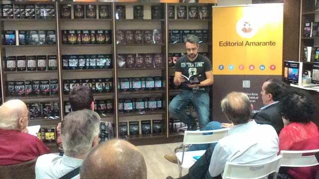 Gustavo Orihuela leyendo de su poemario