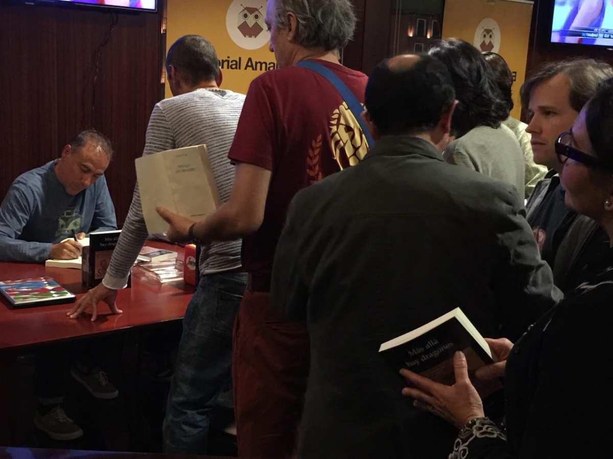 """Vicente Álvarez firmando su última novela """"Más allá hay dragones"""""""