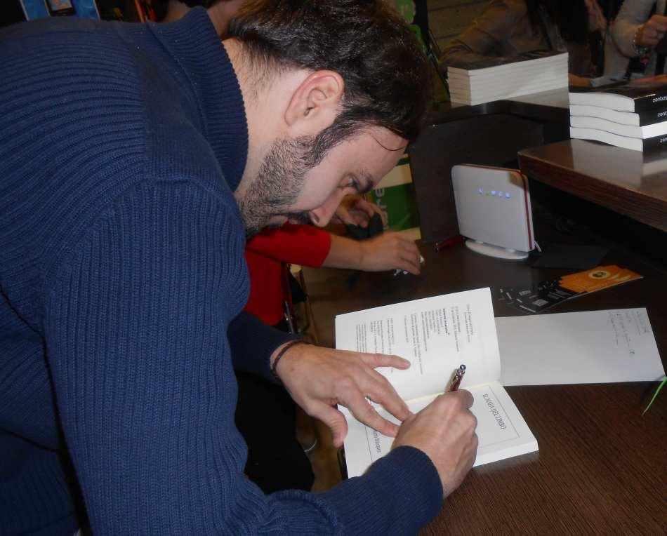 Mario Blázquez firma ejemplares de El mapa del limbo