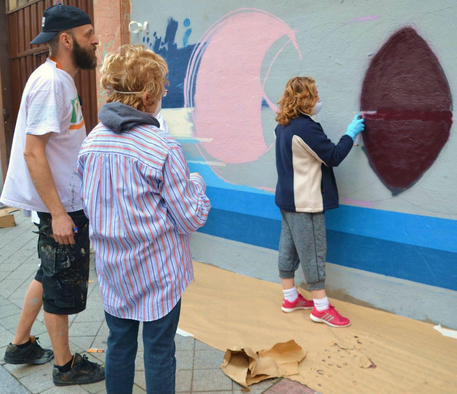 Vecinos colaboran con artista