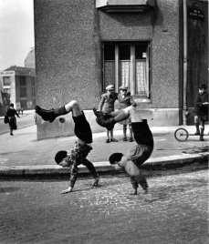 'Los hermanos', Paris, 1936. Imagen incluida en la exposición 'Robert Doisneau. La belleza de lo cotidiano' © Atelier Robert Doisneau