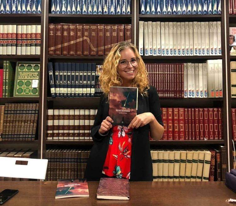 """VERSOS DESVELADOS"" de Laura Martínez"