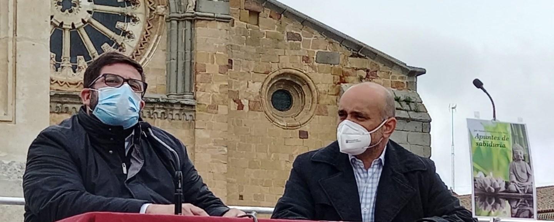 Apuntes de sabiduría (una guía para el despertar de la consciencia) de José Antonio Hernández de la Moya en la Feria del Libro de Ávila junto con el Alcalde de la ciudad, Jesús Manuel Sánchez-Cabrera