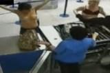 Mulher faz topless ao passar por revista em aeroporto
