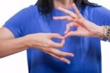 Deficiente auditiva será indenizada por falta de intérprete de libras em reuniões