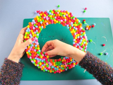 DIY // Comment réaliser une couronne de Noël à mini pompons // Christmas wreath mini pom pom // A Cardboard Dream blog