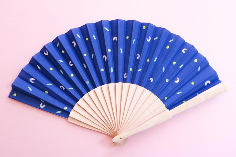 DIY // Les éventails graphiques peints à la main // Paint your own paper fan // A Cardboard Dream