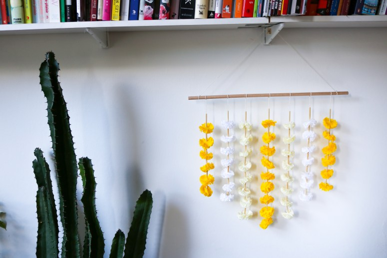 DIY // Comment réaliser une suspension avec des pompons en crépon // How to make a wall decoration with crepon pom-poms // A Cardboard Dream blog