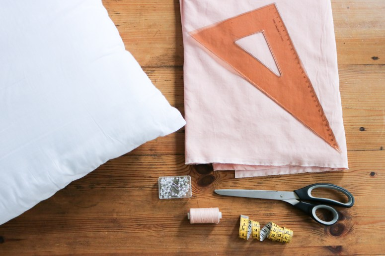 DIY // Comment coudre un coussin avec un gros noeud // How to sew a pillowcase with a big bow // A Cardboard Dream blog