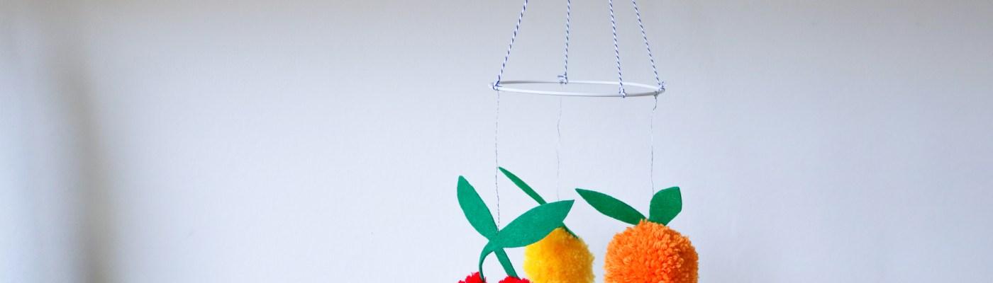 DIY // Comment réaliser une suspension tutti frutii en pompons // How to make a tutti frutti pompoms mobile // A Cardboard Dream blog