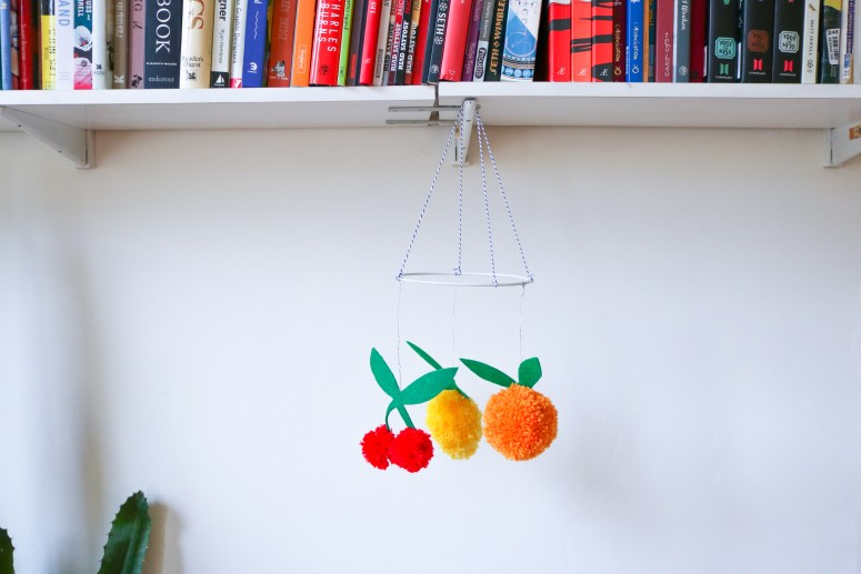 DIY // Comment réaliser une suspension tutti frutii en pompons // How to make a tutti frutti pompoms mobile // A Cardboard Dream blog