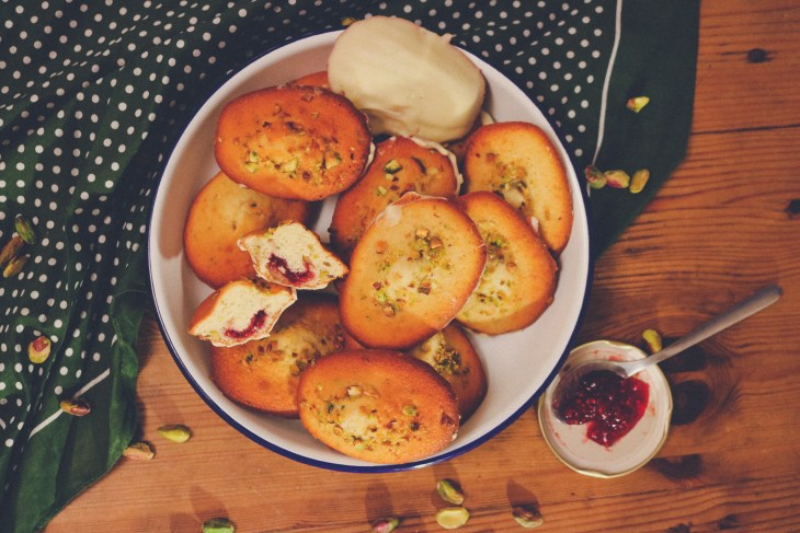 Recette - Recipe // Comment réaliser des madeleines framboise, pistache et chocolat blanc // How to make raspberry, pistachio and white chocolate madeleines // A Cardboard Dream blog