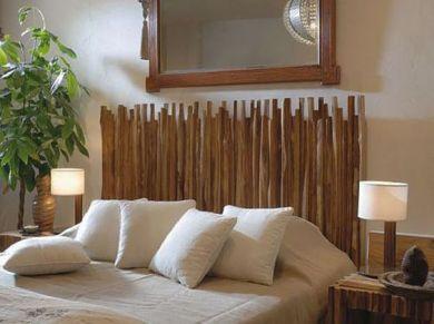 Piccoli bastoncini di legno lavorati, che possiamo usare anche nei mobili intorno, come i comodini, aiutano a dare un tocco nuovo a tutto