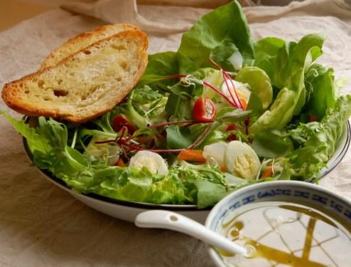 Saladas mistas com ovo de codorna e molho para saladas