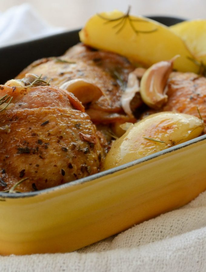 Sobrecoxas assadas com batatas e alecrim