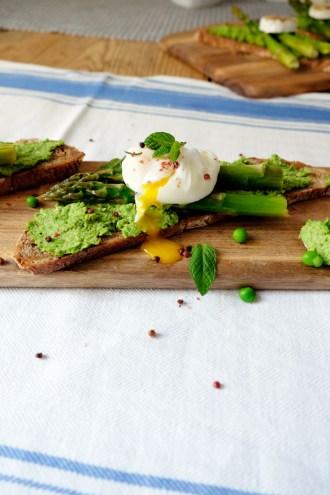 Spargel mit Erbsenhummus und pochiertem Ei