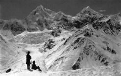 Gruppo del Siniolchun dopo una forte nevicata dalla punta a nord del Ghiacciaio Zemu (Sikkim), 1899