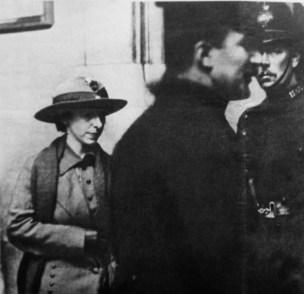 Mary Richardson dopo il suo arresto, foto del 10 marzo 1914 (particolare)