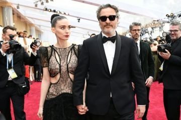 actor-joaquin-phoenix-arrives-with-rooney-mara-for-the-92nd-news-photo-1589811891