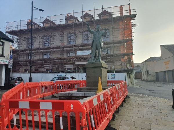 Statue of Caradog surrounded by new COVID19 barriers.