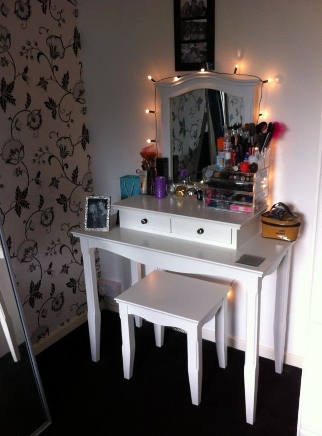 Small Vanity Table With Lights