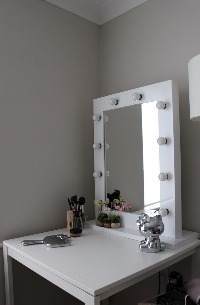 Vanity Table With Lights And Mirror