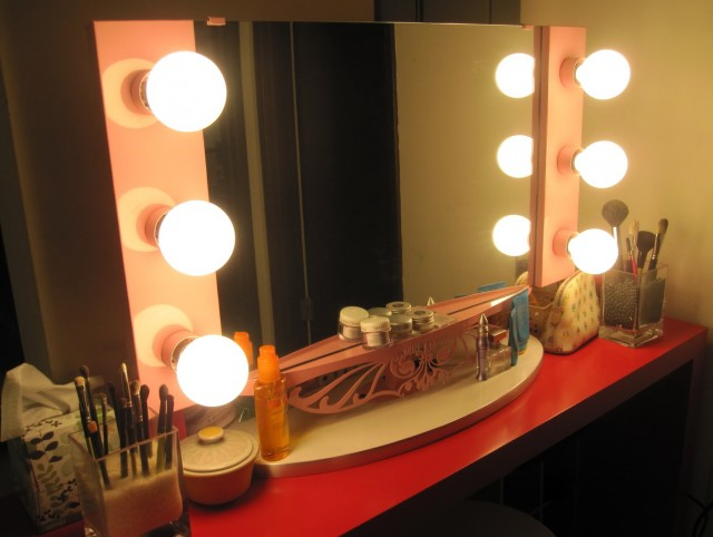 Girls' Lighted Makeup Vanity