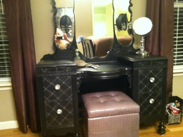 Vintage Makeup Vanity With Lights