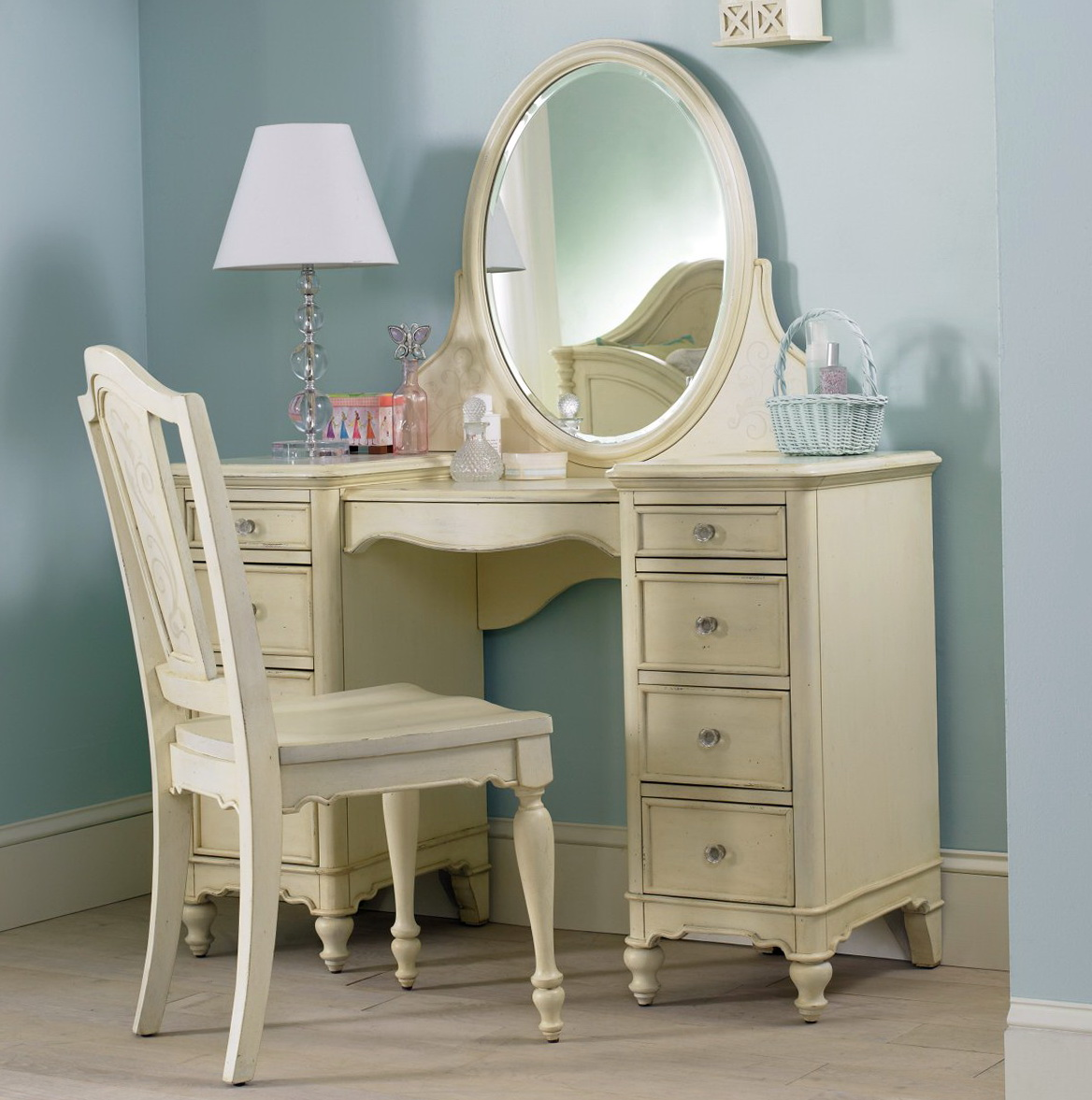 Small Bedroom Vanity With Drawers
