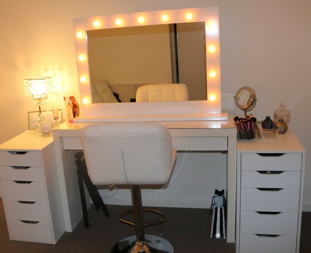 White Makeup Vanities With Lights