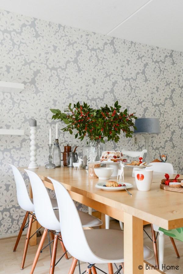 Grote houten tafel met witte kuipstoeltjes gedekt voor de kerst met tulband en mooi keramiek - via Accessorize your Home