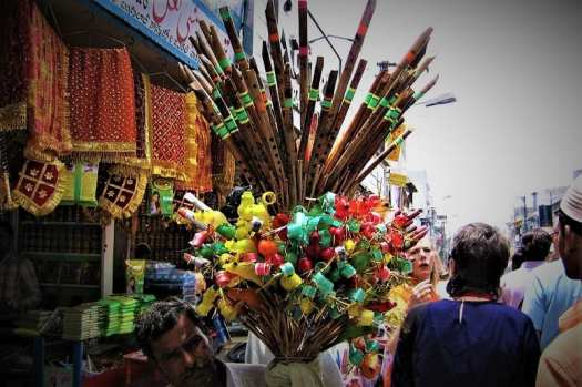 tourist-bargaining-over-flute-price-at-indian-bazaar