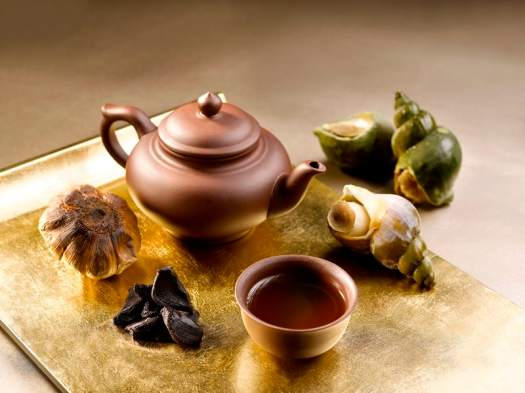 Food-st-regis-yan-ting-宴庭功夫汤 (黑蒜炖螺头汤) Double-boiled Sea Whelk Soup with Black Garlic served in Teapot