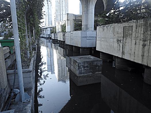 open-air-bangkok-sewer-copyright-www.accidentaltravelwriter.net