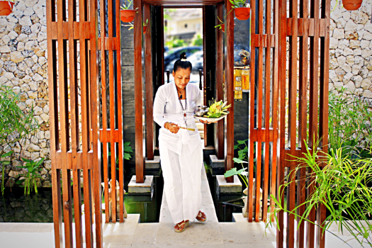 Bali-hotel-anantara-uluwatu-resort-IbuJero-High-Priestess-Incense-Ceremony