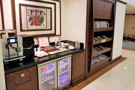 emirates-airline-hong-kong-airport-business-class-lounge-coffee-tea-soft-drinks-beer