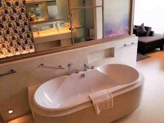 amari-ocean-pattaya-resort-hotel-bathtub