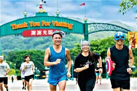 image-of-runners-approaching-finish-line-at-10K-disneyland-marathon