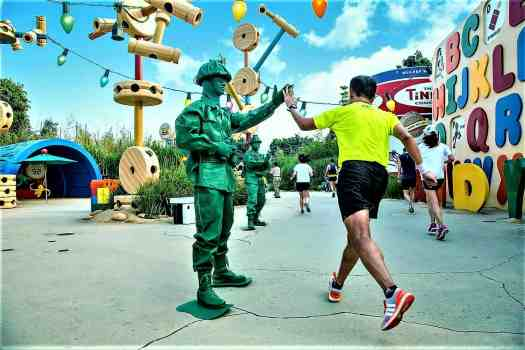 image-of-disney-characters-greeting-runners-at-10K-disneyland-marathon
