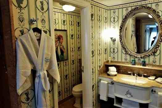 image-of-hong-kong-disneyland-hotel-frozen-suite-bathroom