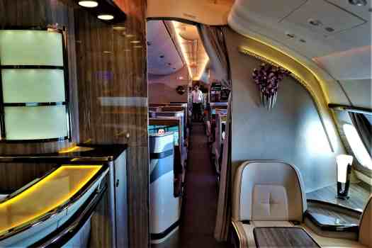 image-of-emirates-business-class-in-flight-lounge