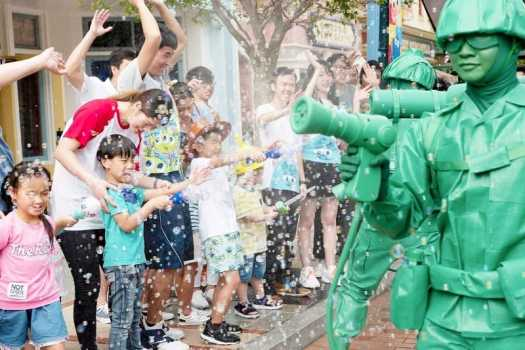 toy-soldiers-splashing-visitors-at-disneyland-summer-splash