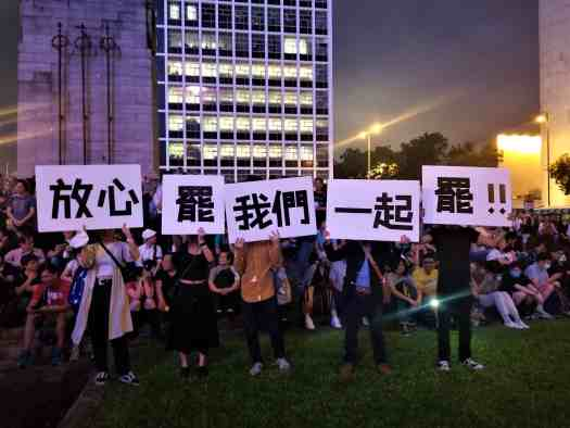 protesters-hold-signs-supporting-general -strike