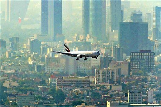 Emirates-Airline-jet-flies-over-Mexico-City