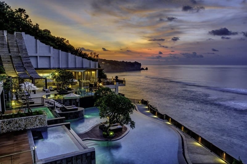 anantara-uluwatu-hotel-swimming-pool-at-sunset
