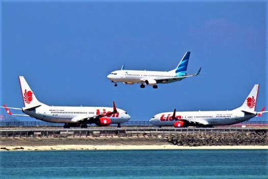 aviation-Lion-Air-Boeing-737s-and-Garuda-Indonesia-Boeing-737-800-at-DPS
