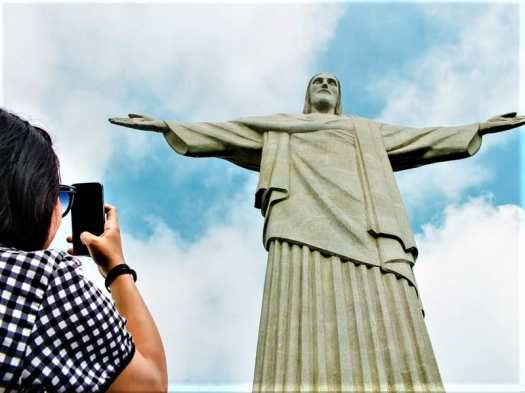 touirst-photographing-christ-the-redeemer-statue