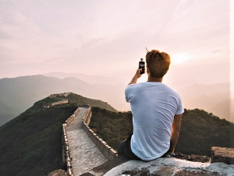traveler-taking-selfie-great-wall-of-china