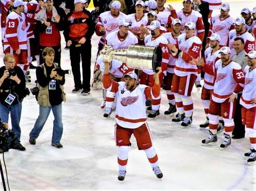 detroit-red-wings-celebrate-winning-the-stanley-cup-trophy