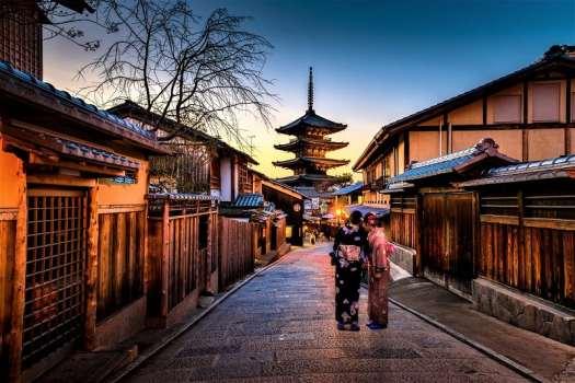 geisha-in-kyoto-alley